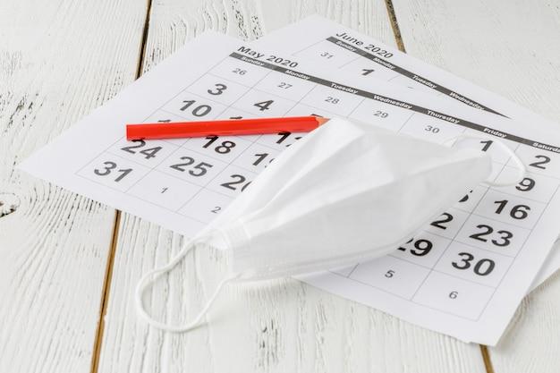 Calendario de escritorio simple para 2020 con máscara de autoprotección. Foto Premium