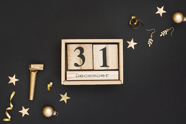 Calendario de madera y decoración de fiesta de año nuevo Foto gratis