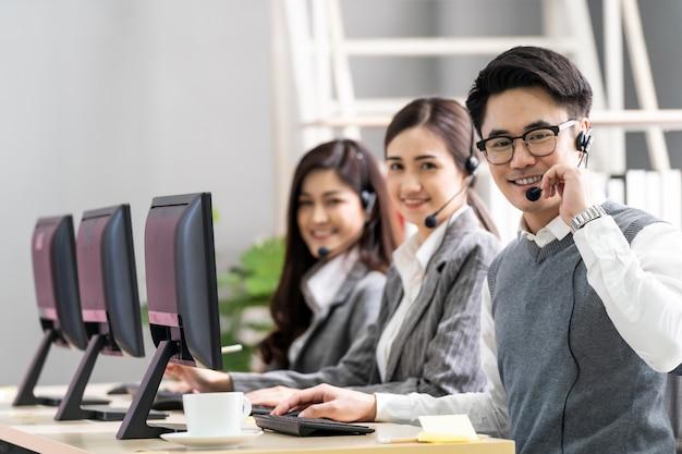 Call center trabajando las 24 horas. Foto Premium