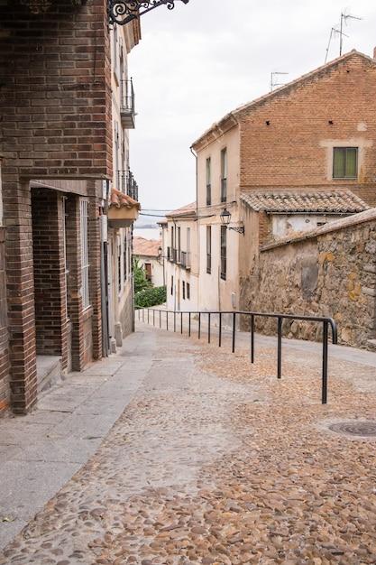Calle adoquinada en una ciudad Foto Premium