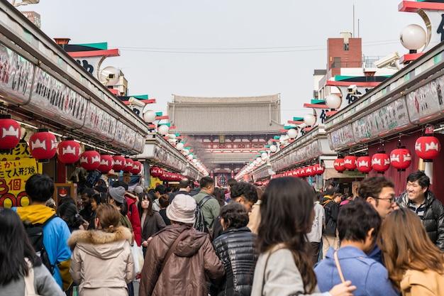 La calle comercial nakamise en asakusa y el templo sensoji con gente de la multitud visitando senso-ji Foto Premium
