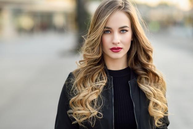 Calle de la moda estilo de pelo hermosa chica Foto gratis