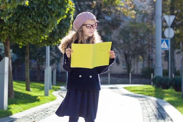 Calle retrato de una linda chica en gafas Foto Premium
