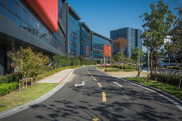 Callejón con edificios de oficinas en la moderna zona de budapest Foto Premium