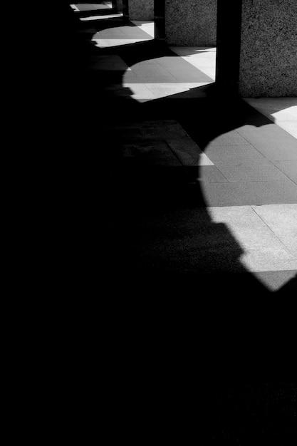 Callejón oscuro con sombras de arco Foto gratis