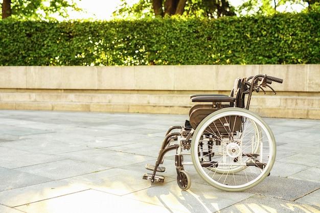 Callejón de silla de ruedas en el parque. silla de ruedas para discapacitados. Foto Premium