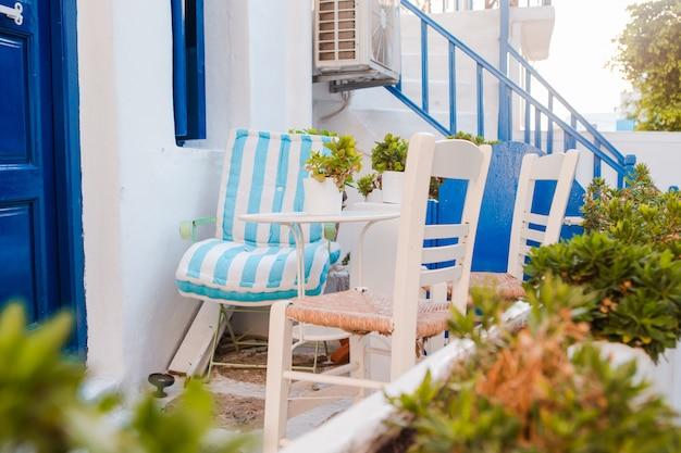 Las Calles Estrechas De La Isla Con Balcones Azules Escaleras