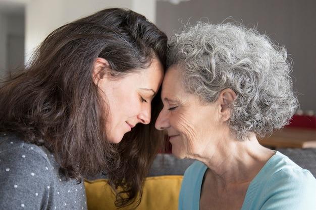 Calma senior madre e hija apoyándose mutuamente Foto gratis