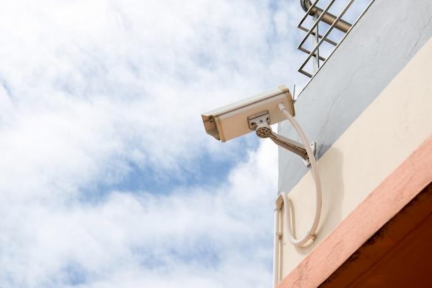 Cámara cctv de seguridad en muro de hormigón Foto Premium