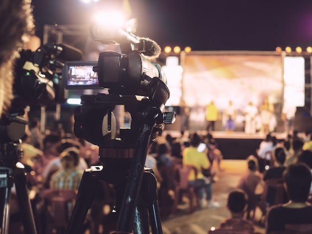 Cámara digital profesional de grabación de video en concierto musical. Foto Premium
