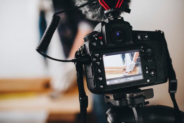 Cámara grabando un video para un blogger bricolaje. Foto gratis