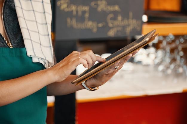 Camarera con tableta digital Foto gratis