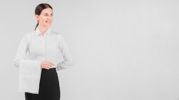 Camarera en uniforme sonriendo Foto gratis