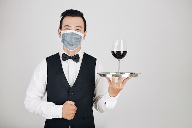 Camarero de restaurante sirviendo vino Foto Premium