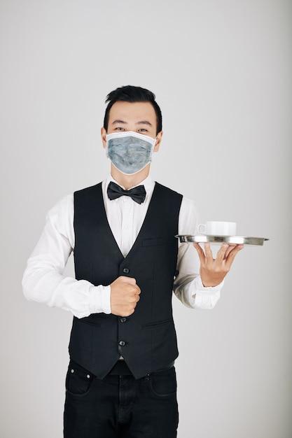 Camarero sirviendo café Foto Premium