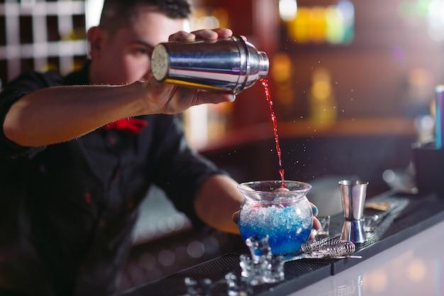 Camarero sirviendo cócteles frescos en vidrio elegante Foto Premium