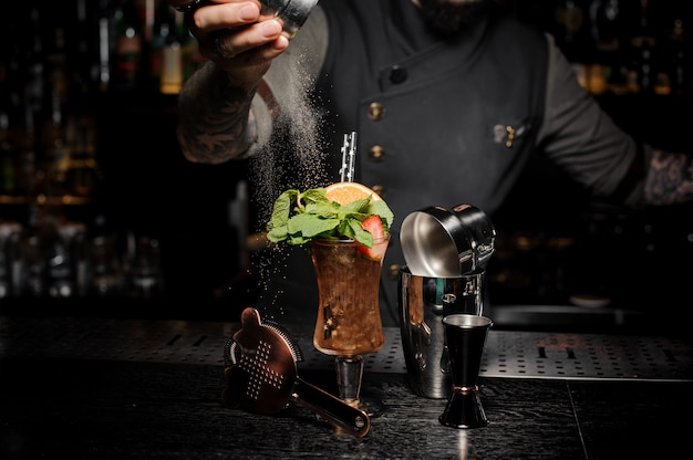 Camarero vertiendo azúcar en tiro fuerte y fresco de verano Foto Premium