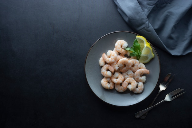 Camarones frescos en placa. comida sana. vista superior. copia espacio Foto Premium