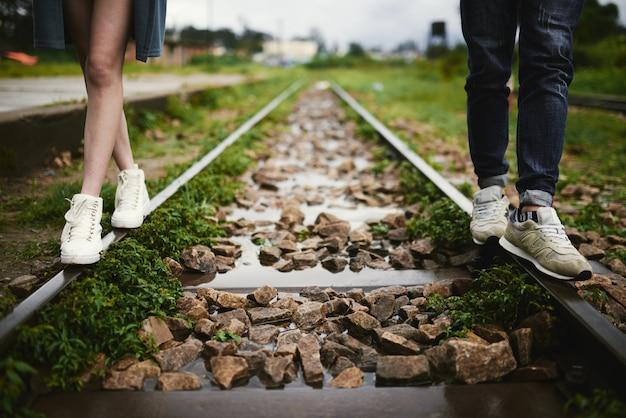 Caminando por el ferrocarril Foto gratis