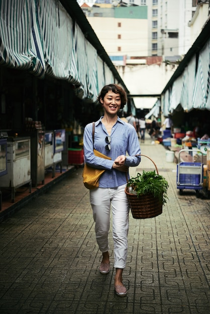 Caminando en el mercado Foto gratis