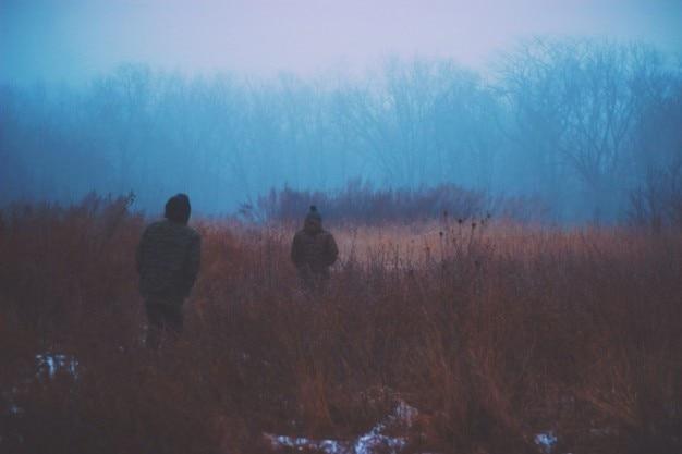 Caminando por el campo Foto Gratis
