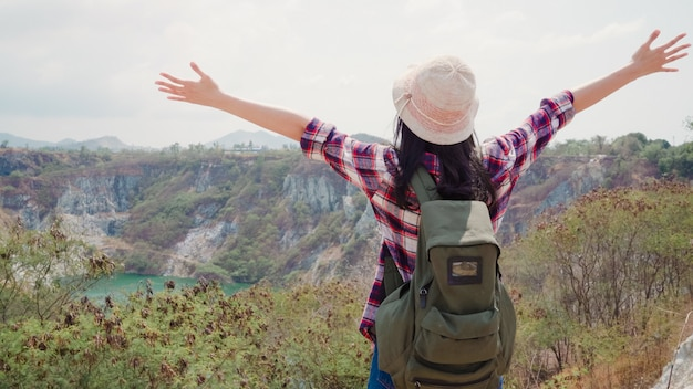 Caminante mujer asiática mochilero caminando a la cima de la montaña, mujer disfrutar de sus vacaciones en la aventura de senderismo sensación de libertad. Foto gratis