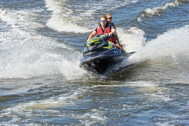 Caminar en moto acuática Foto Premium