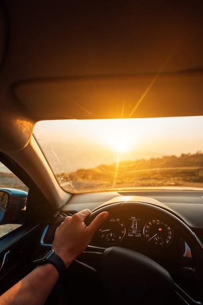 El camino hacia el éxito: un conductor que viaja por una carretera Foto gratis