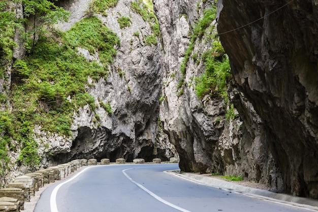 Camino en las montañas. el cañón bicaz es una de las carreteras más espectaculares de rumania. Foto Premium