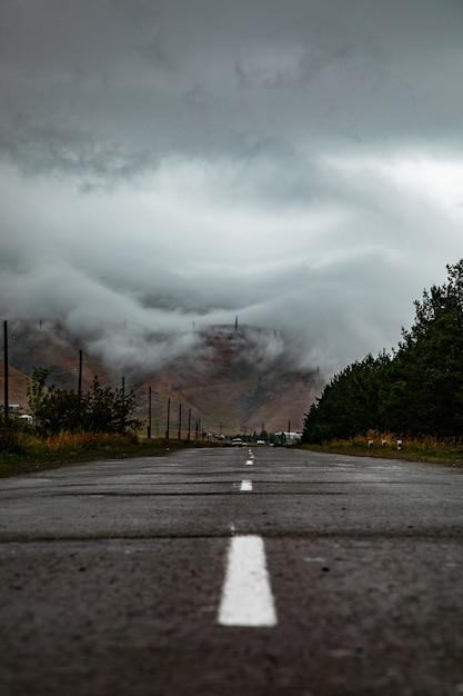 Un camino a través de las nubes Foto gratis