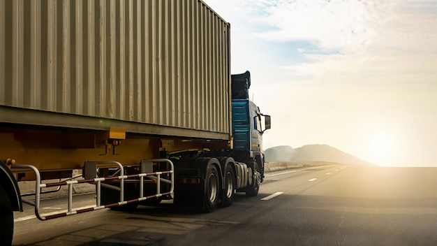 Camión de carga en carretera con contenedor, transporte, importación, exportación, logística, transporte industrial, transporte terrestre Foto Premium