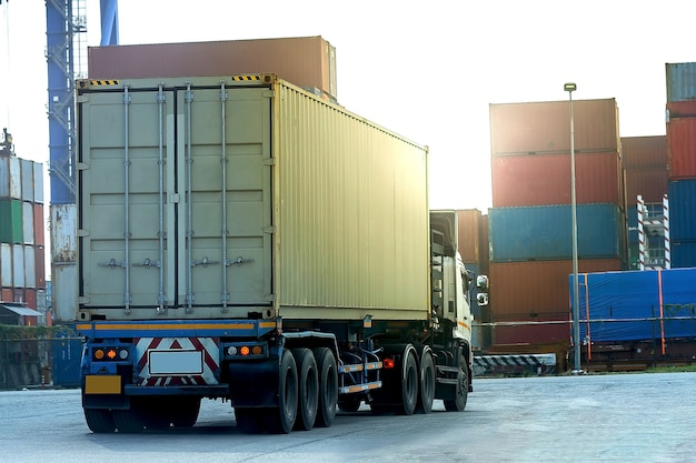 Camión contenedor de carga blanca en el puerto de barcos logística Foto Premium