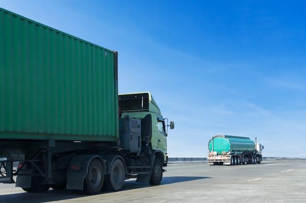 Camión de gas o aceite en carretera, contenedor de carretera, logística industrial, transporte de tierra. Foto Premium