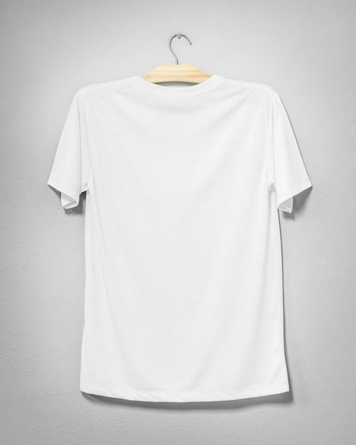 Camisa blanca colgada en pared de cemento Foto Premium