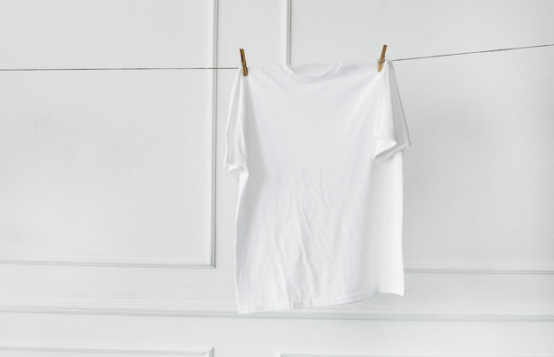 Camisa blanca colgada de la pared Foto gratis
