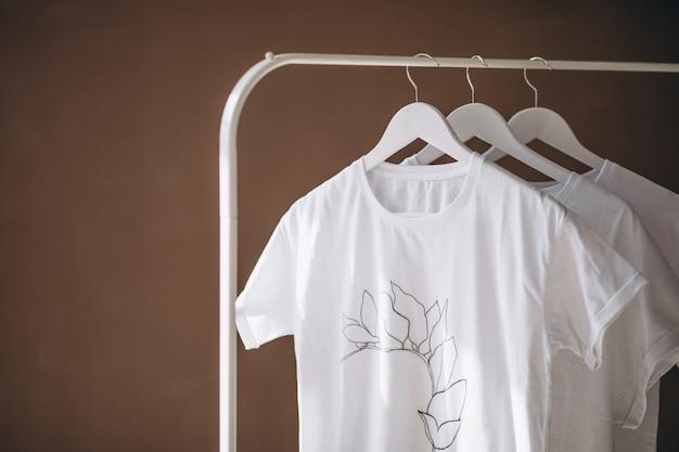Camisas blancas colgadas en la habitación. Foto gratis