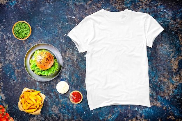 Camiseta en blanco con comida Foto gratis