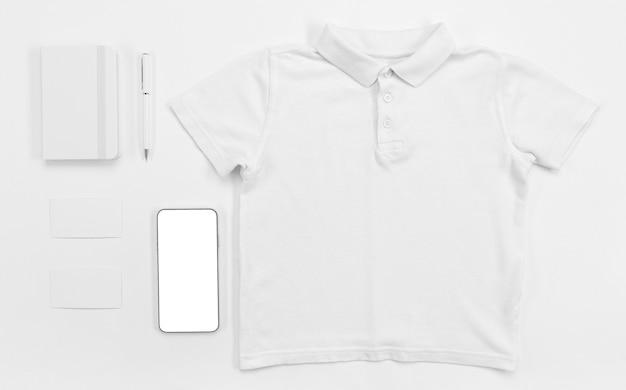 Camiseta plana y artículos escolares. Foto gratis