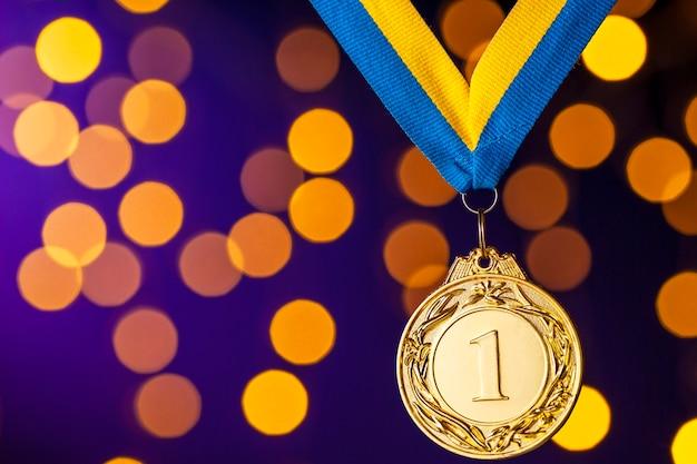 Campeón de oro o medallón de ganadores en una cinta Foto Premium