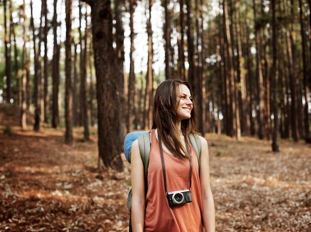 Camping backpacker fotógrafo cámara concepto advanture Foto Premium