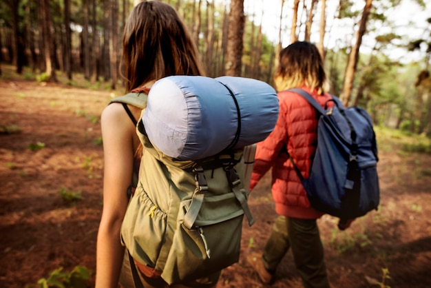 Camping pareja trek mochilero caminando concepto Foto Premium