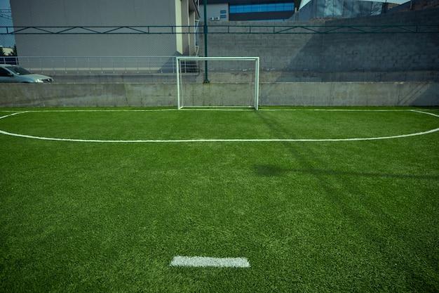 El campo de fútbol vacío y la hierba verde Foto gratis