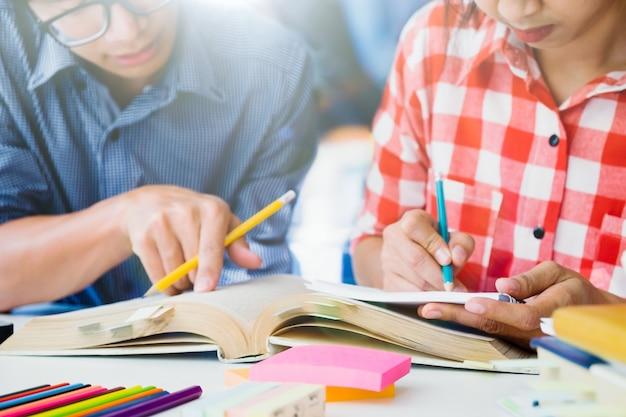 El campus de los estudiantes jóvenes ayuda al amigo a ponerse al día y aprender. Foto gratis