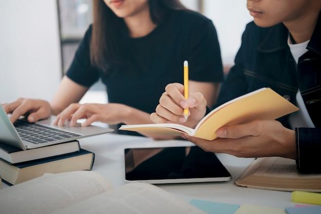 El campus de estudiantes jóvenes ayuda a los amigos a ponerse al día y aprender. Foto Premium