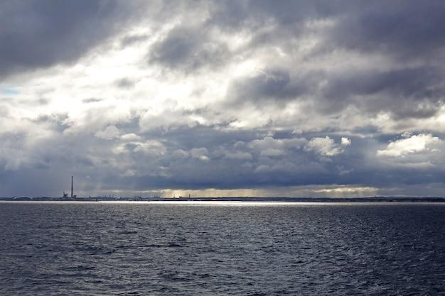Canal de san jorge en día nublado Foto Premium