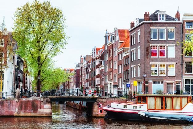 Canales de amsterdam y casas típicas. Foto Premium