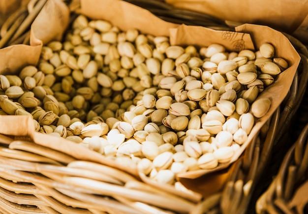 Canasta de pistachos en venta en el mercado de la ciudad. Foto gratis