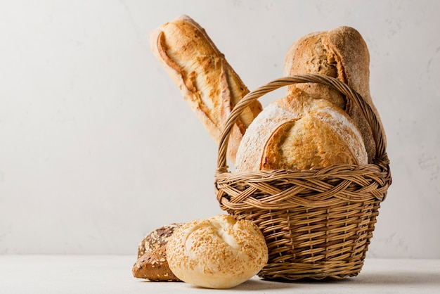 Canasta con varios panes blancos y granos integrales Foto Premium