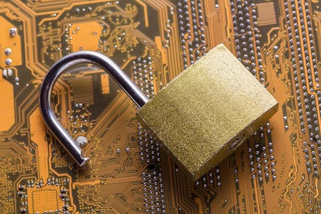 Candado abierto en la placa base de la computadora. concepto de seguridad de la información de privacidad de datos de internet. Foto Premium