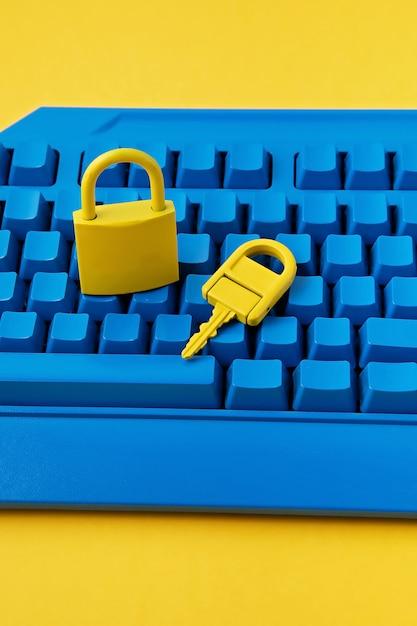 Candado amarillo y tecla y teclado azul Foto Premium